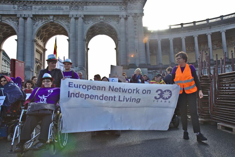 Kapka Panayotova (gauche) et Ines Bulic (droite) brandissent la banderole de tête de la Marche de la liberté, le 2 octobre 2019 à Bruxelles.