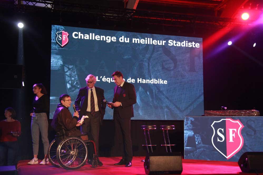 Photo : le responsable du handbike au Stade français, Pascal Auclair, reçoit le prix de « Stadiste de l'année » remis à sa section