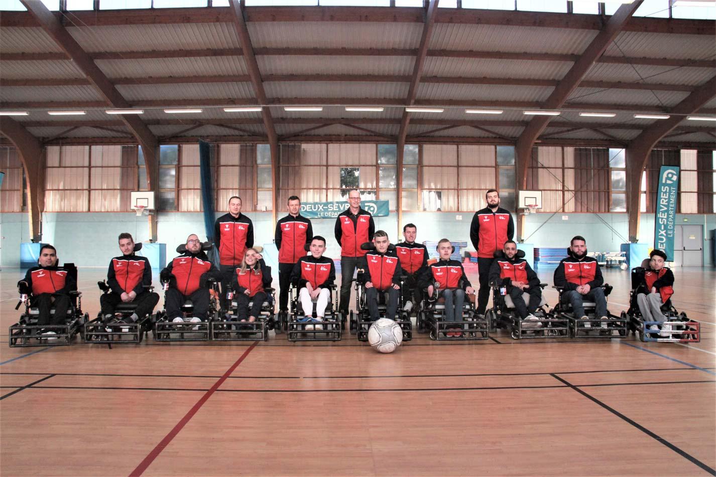 Les 10 joueur.se.s et le staff de l'équipe de France lors du stage organisé à Niort en mars 2020.